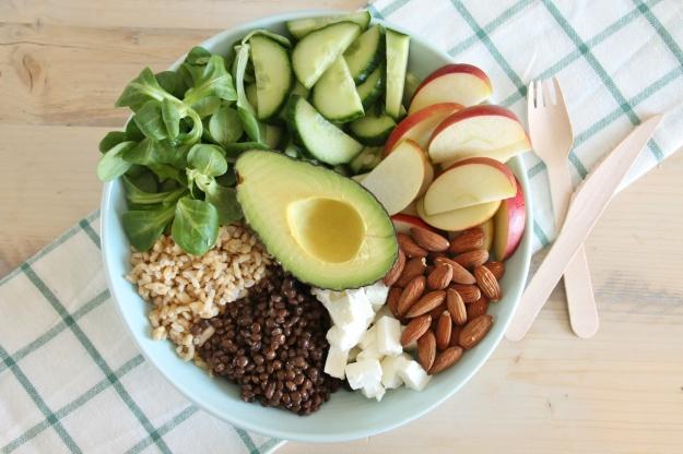 Salade bowl met linzen, geitenkaas, appel en amandel (2).JPG
