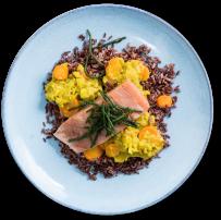 Rode rijst, zalm en zeekraal